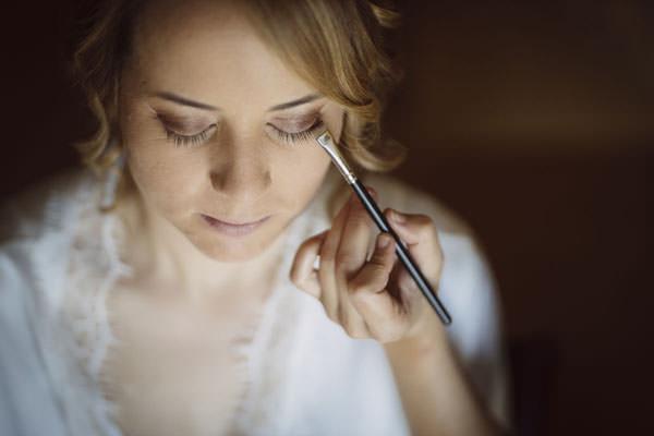 fotografo bodas asturias - Novia maquillándose en el día de su boda
